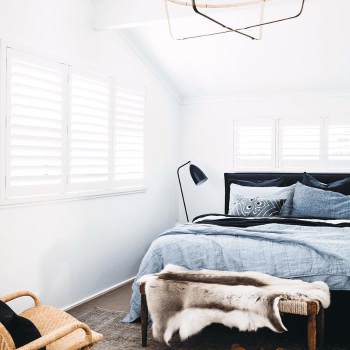 Un acogedor dormitorio decorado con capas de textura.