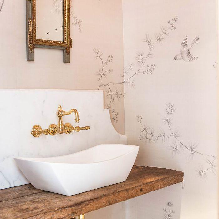 Diseño de baño tradicional con papel tapiz