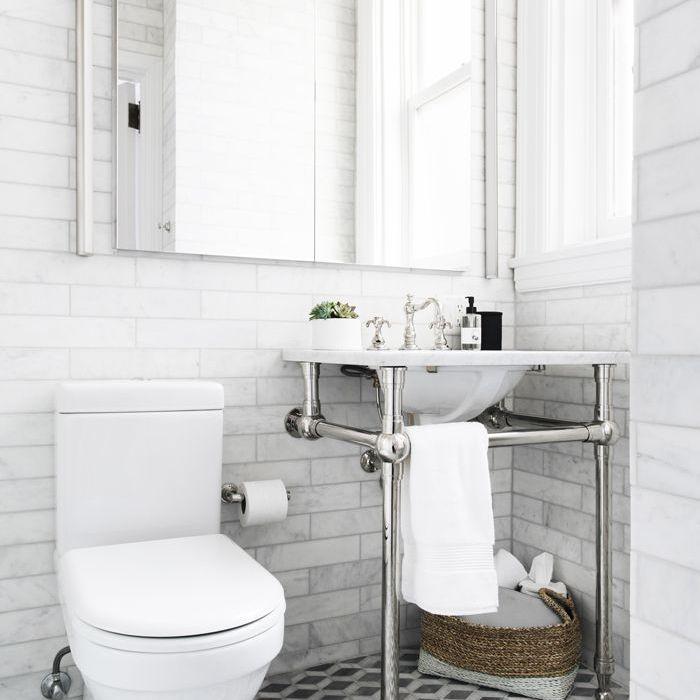 baño blanco: The Everygirl Home Tour