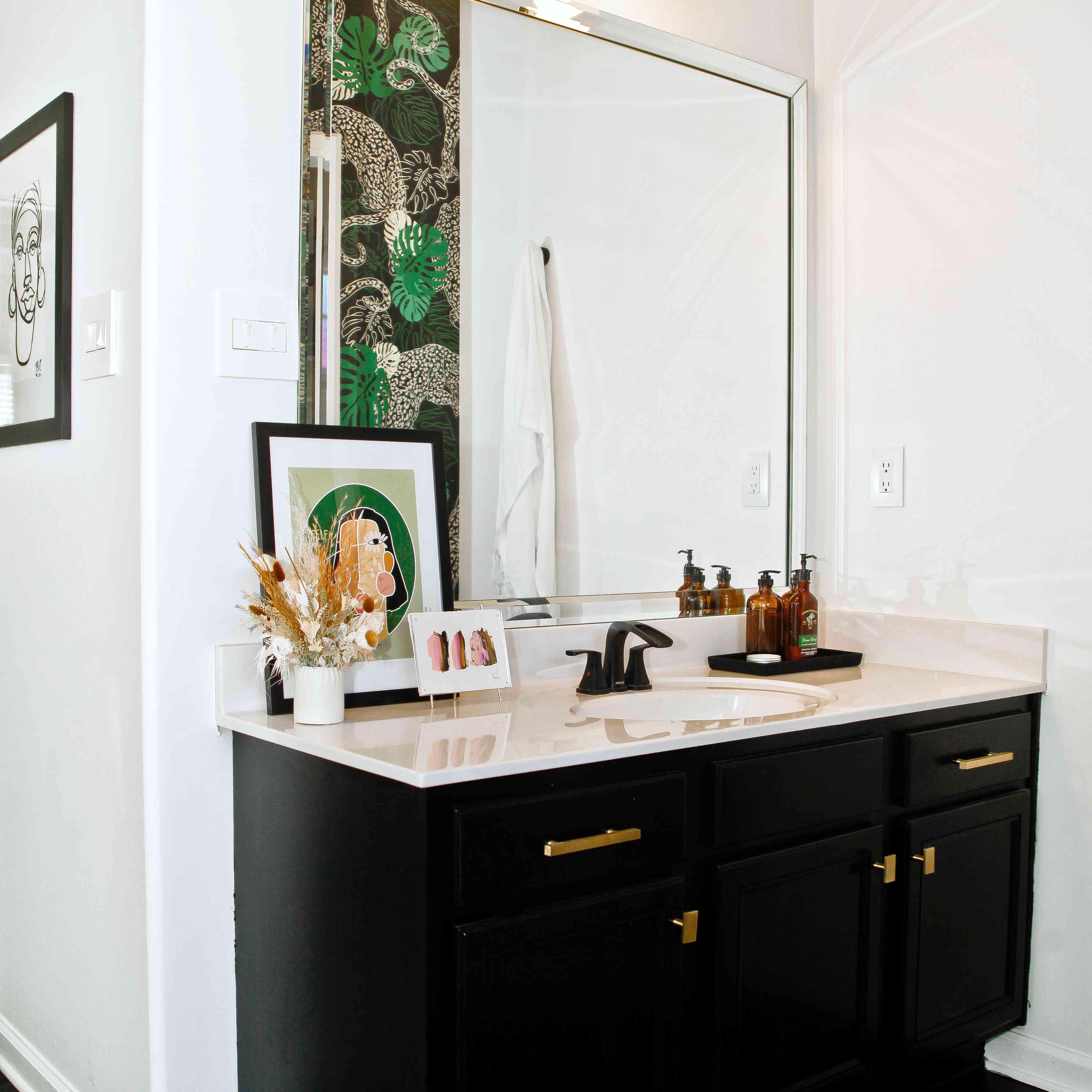 una habitación que nunca olvidaré: tocador laquita tate con aplique y obras de arte inclinadas