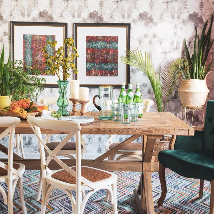 Boho dining room with zig-zag carpet and wooden table