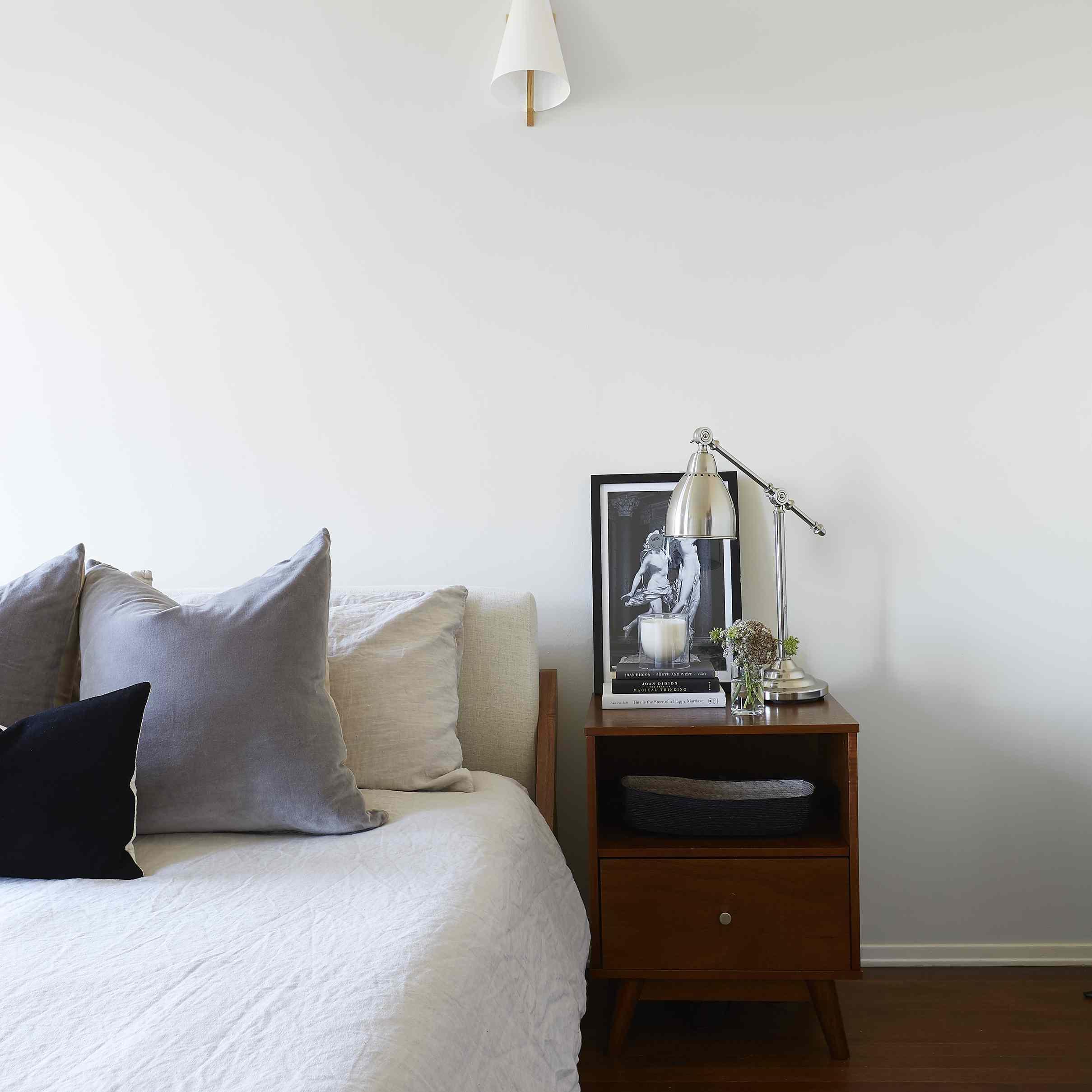 dormitorio moderno con fuentes de luz en capas