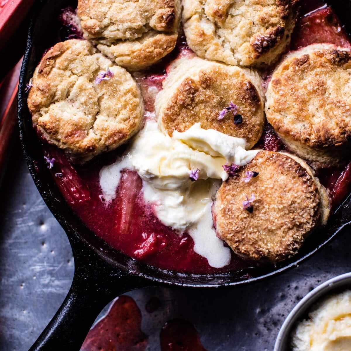 Zapatero de ruibarbo de fresa con galletas de mantequilla y miel