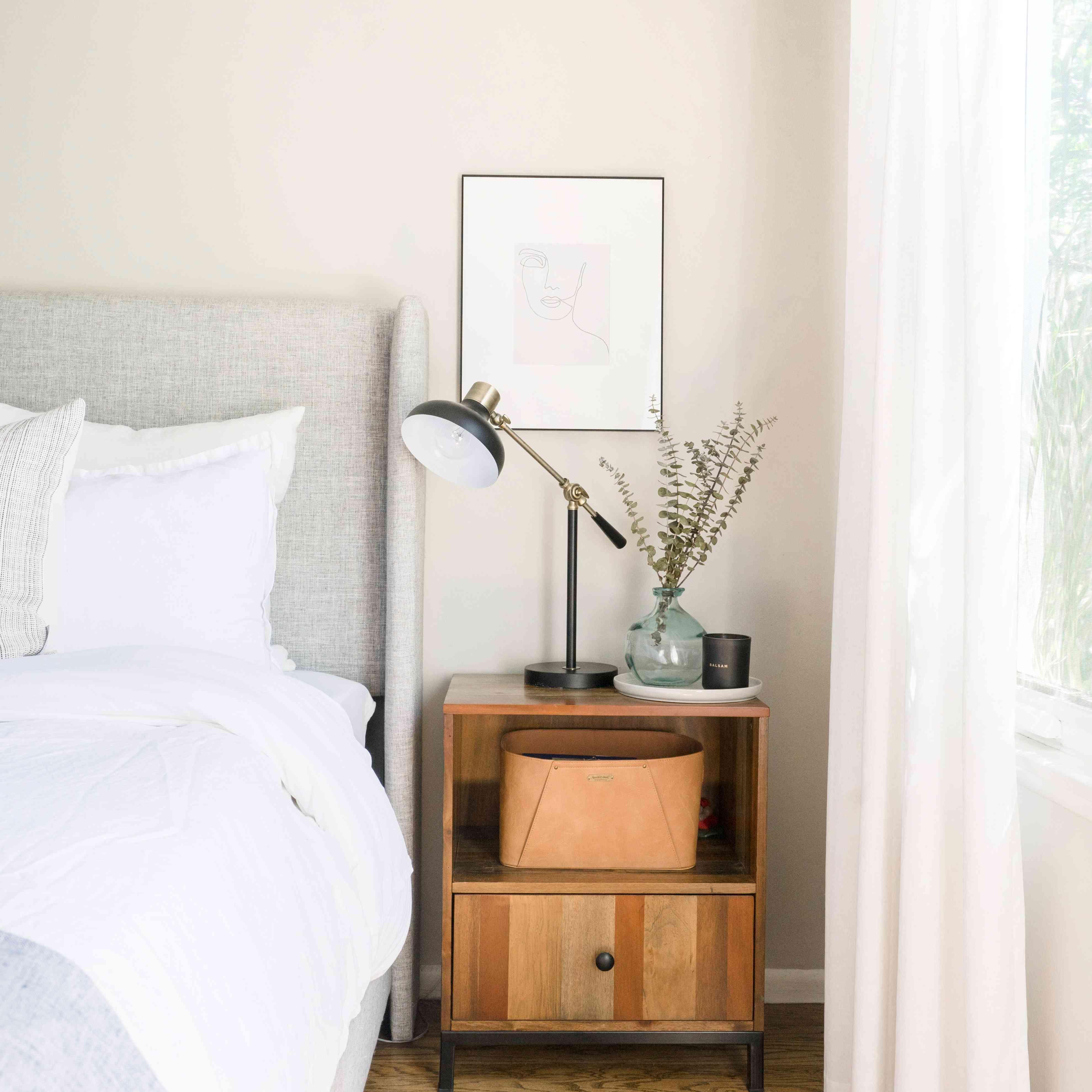 alisha agrellas home tour - dormitorio con cama gris y paleta neutra