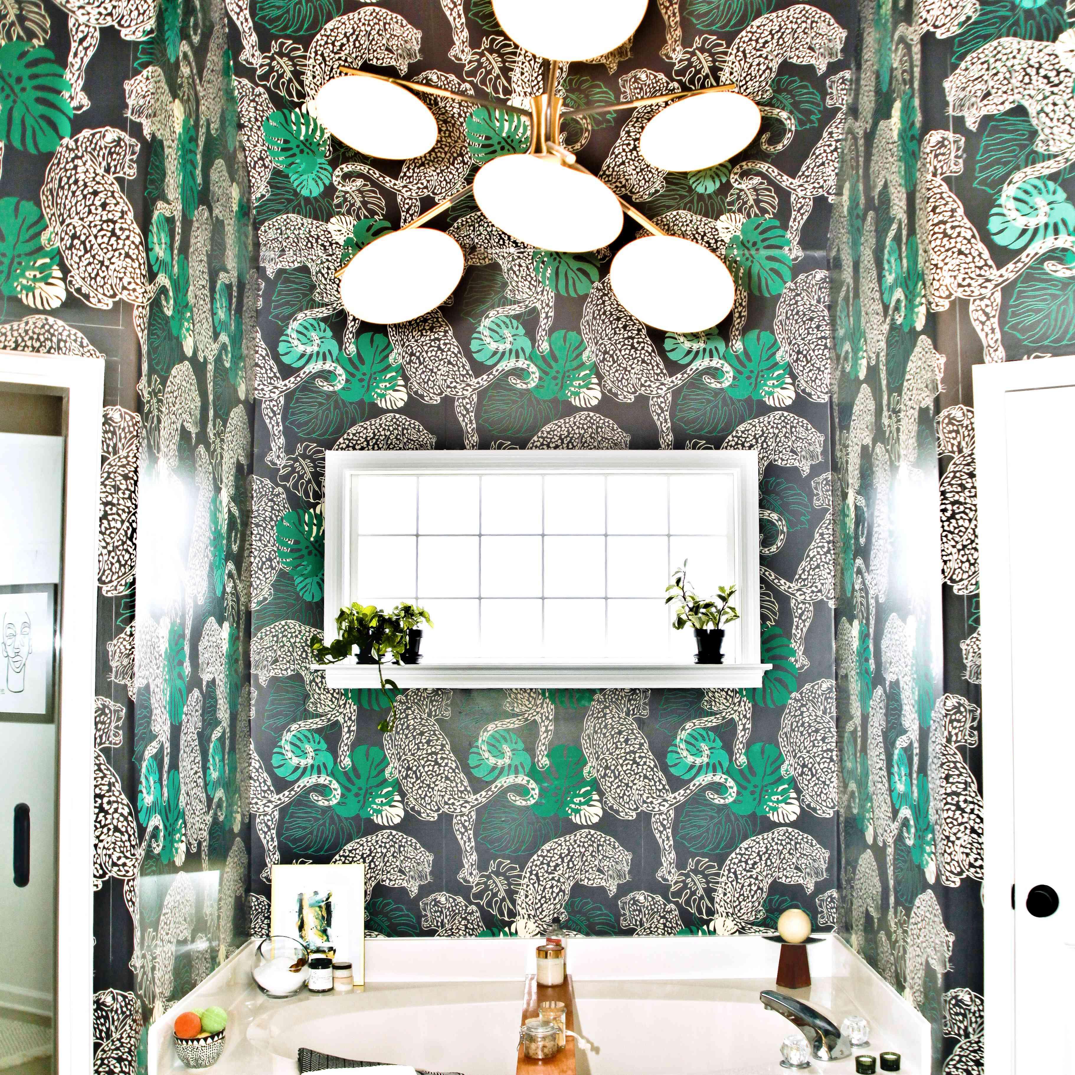 una habitación que nunca olvidaré - baño con papel tapiz de guepardo