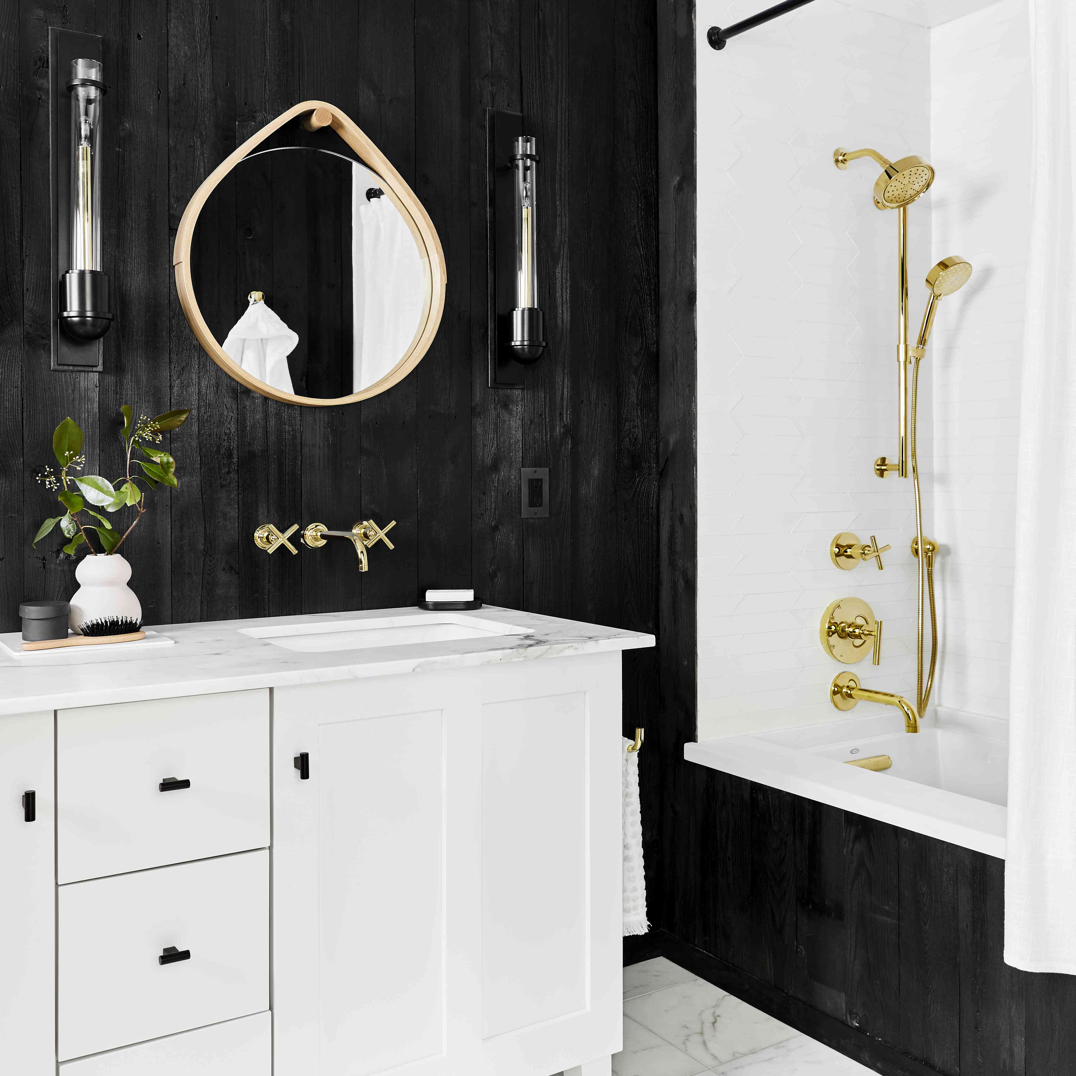 10 Stunning Black And White Bathrooms That Will Never Go Out of Style