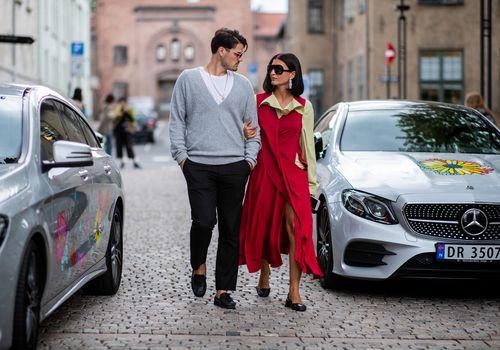 una pareja mirándose seriamente en la calle