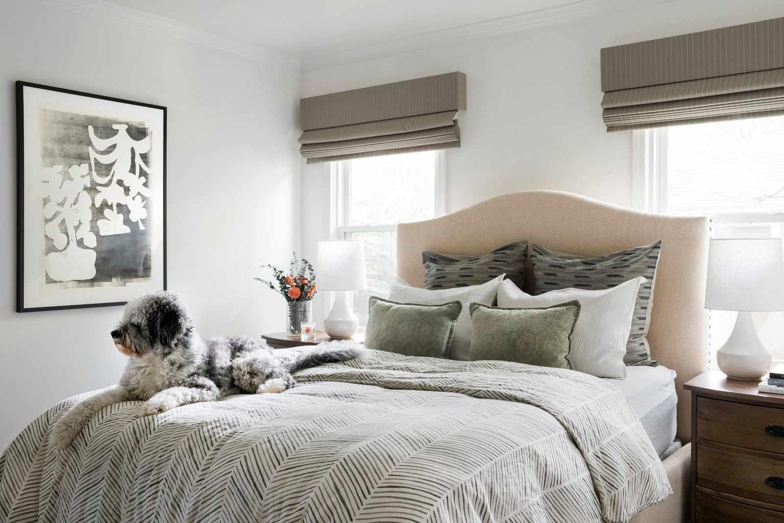 acogedor dormitorio con cama entre dos ventanas