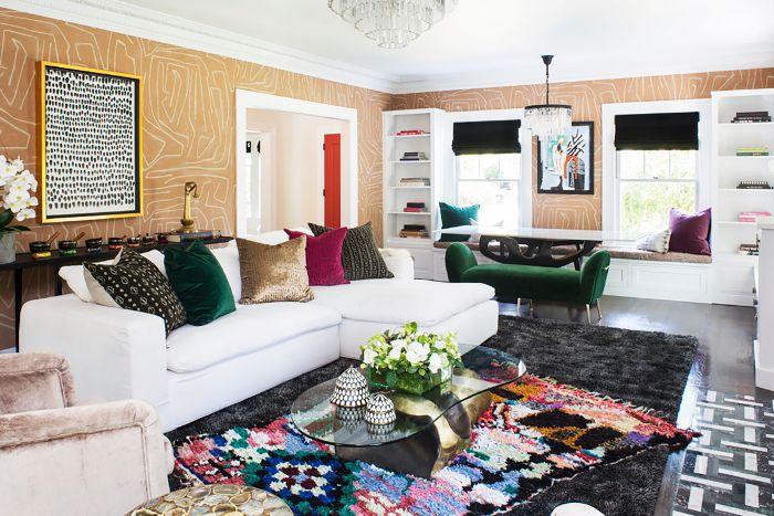 Salón con decoración maximalista.