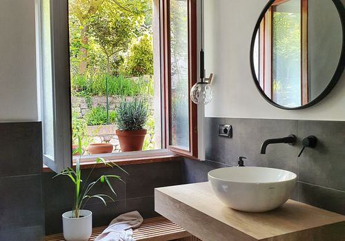 One Room Susanne Pumpluen will never forget - bathroom with black tiles and open window in Italy