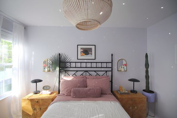 bedroom with mauve linen sheets on the bed