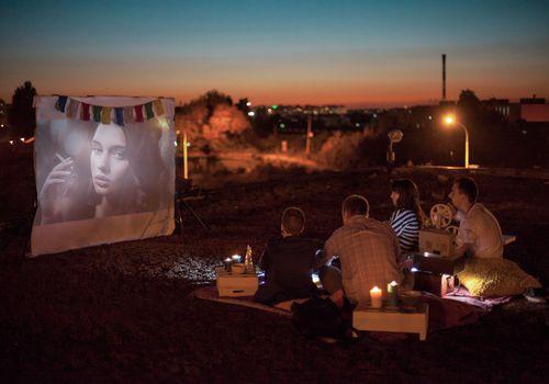 amigos viendo películas al aire libre