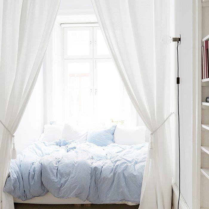 Habitación sencilla de estilo atemporal con edredón azul pálido