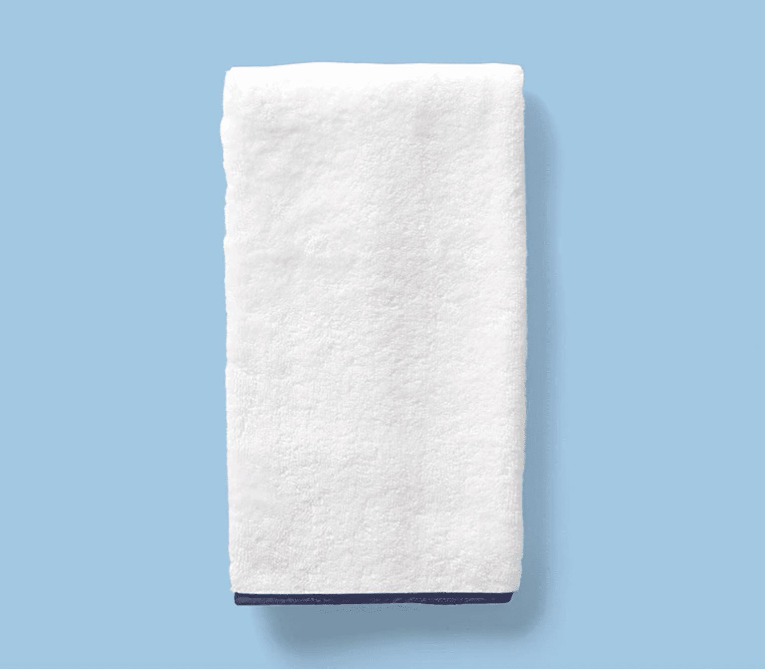 toalla con borde azul marino