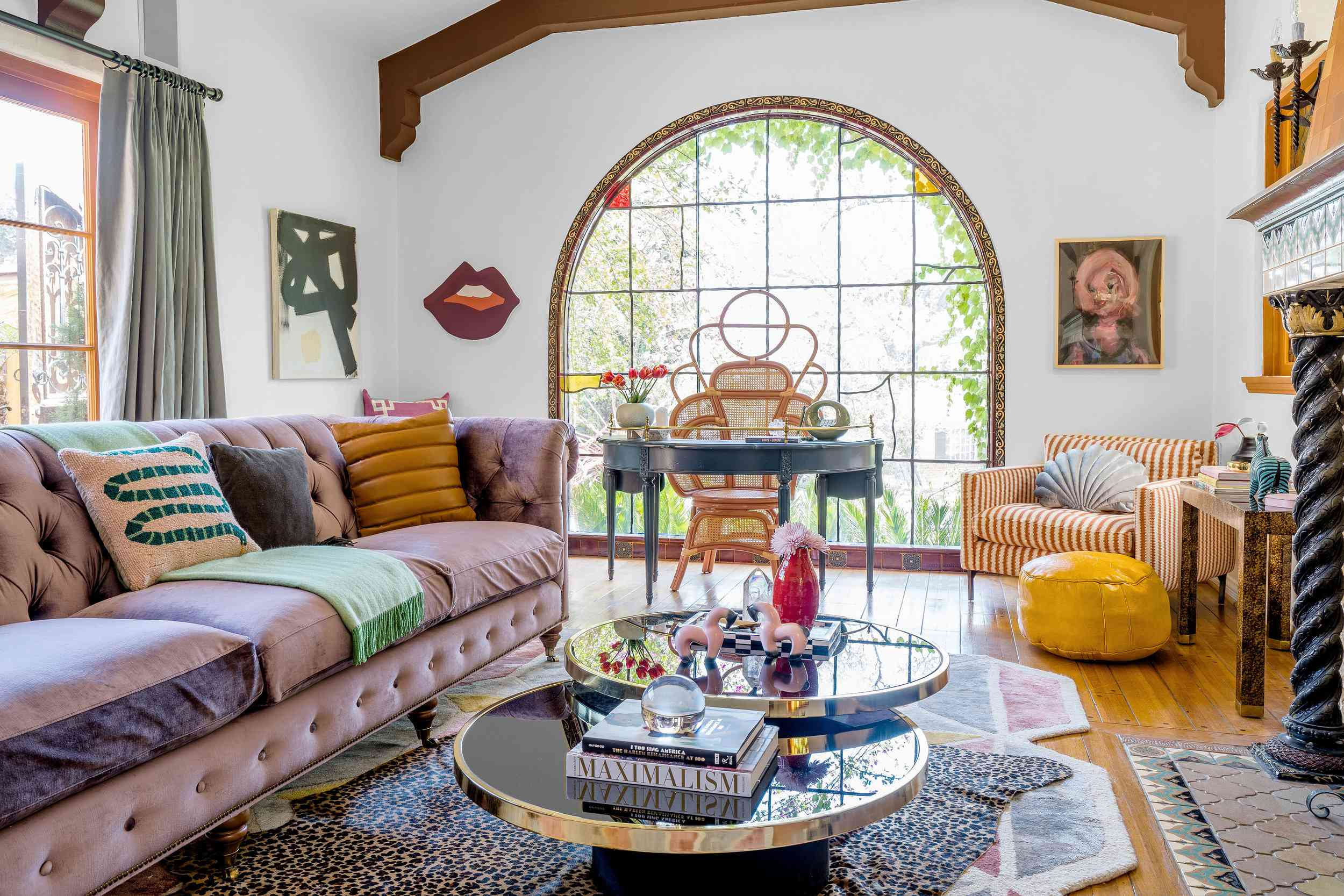 Decoración maximalista en una sala de estar