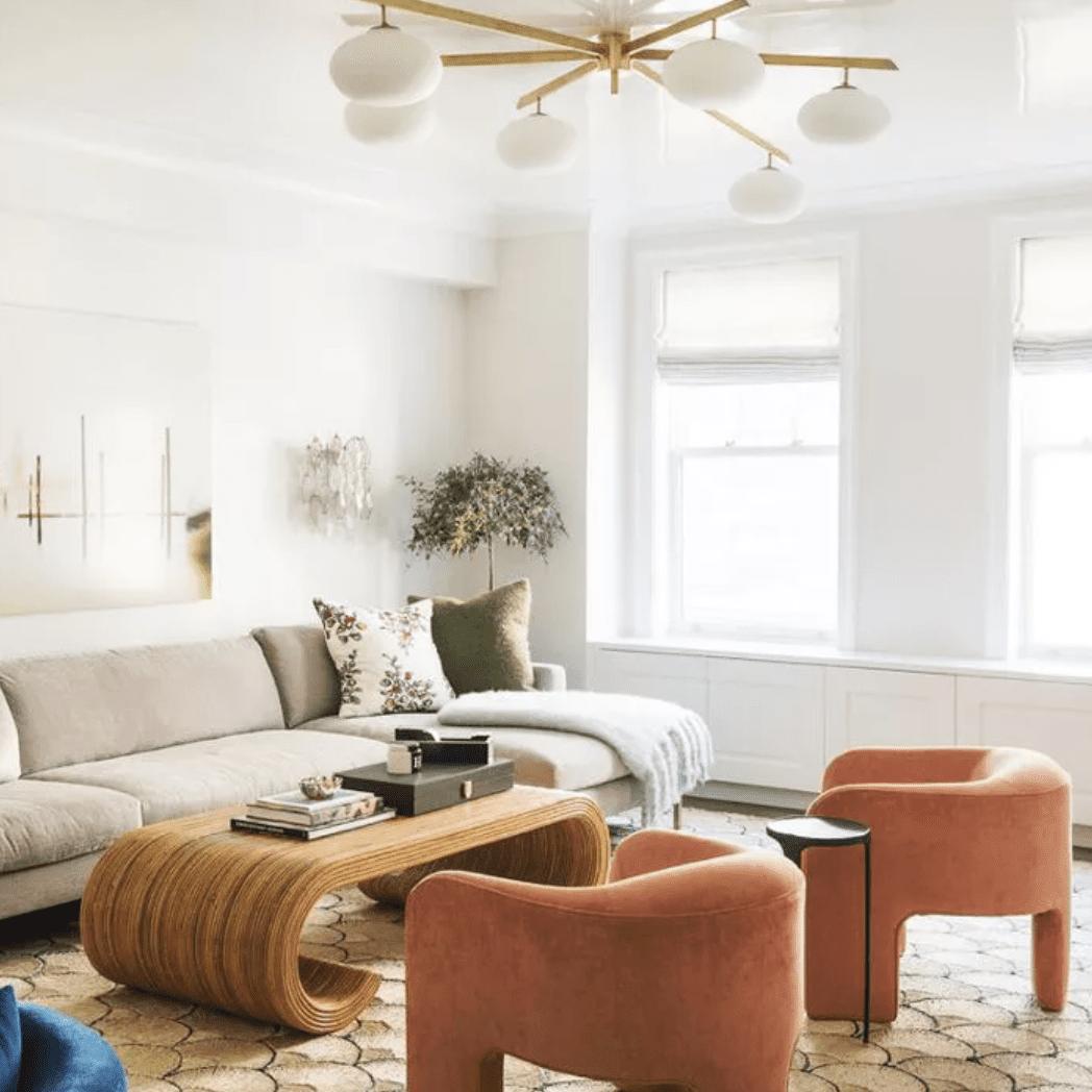 Iluminación llamativa de montaje empotrado en una pequeña sala de estar