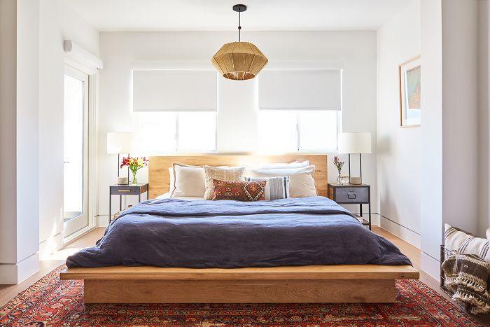 Dormitorio principal con mesitas de noche desiguales