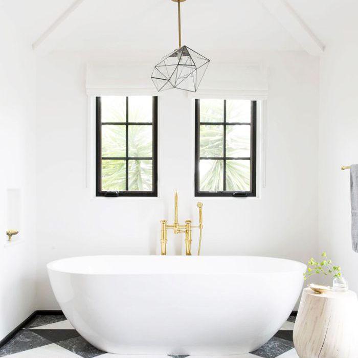 un baño minimalista con bañera independiente