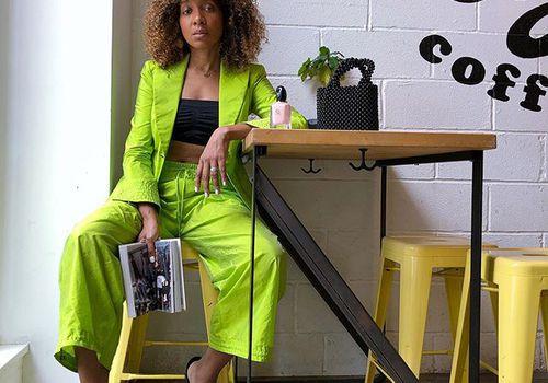una mujer sosteniendo un libro en una cafetería