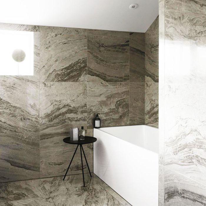 un baño minimalista con mármol