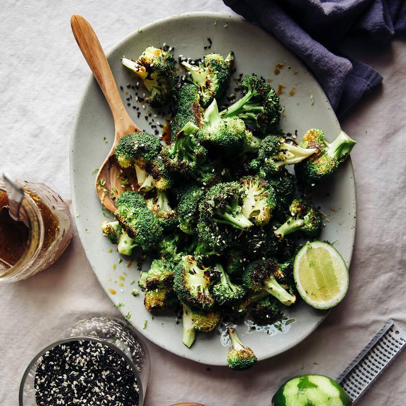 Brócoli carbonizado con salsa de jengibre y sésamo