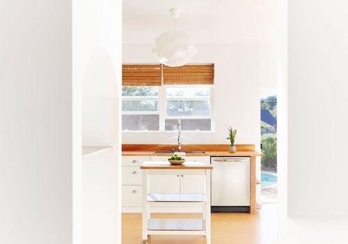 Isla portátil en una cocina blanca
