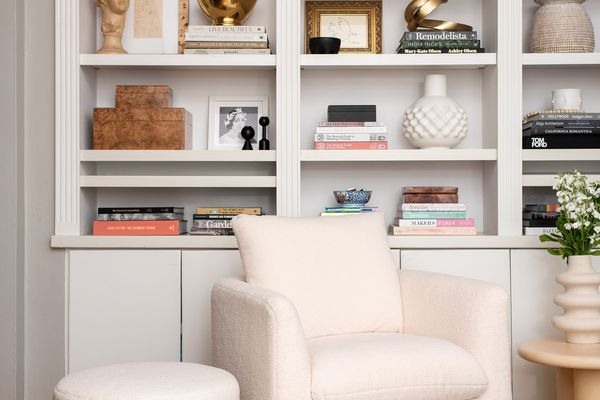 Sitting room with decorative objects on shelves.