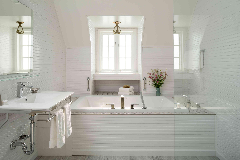 Baño blanco de lujo con bañera