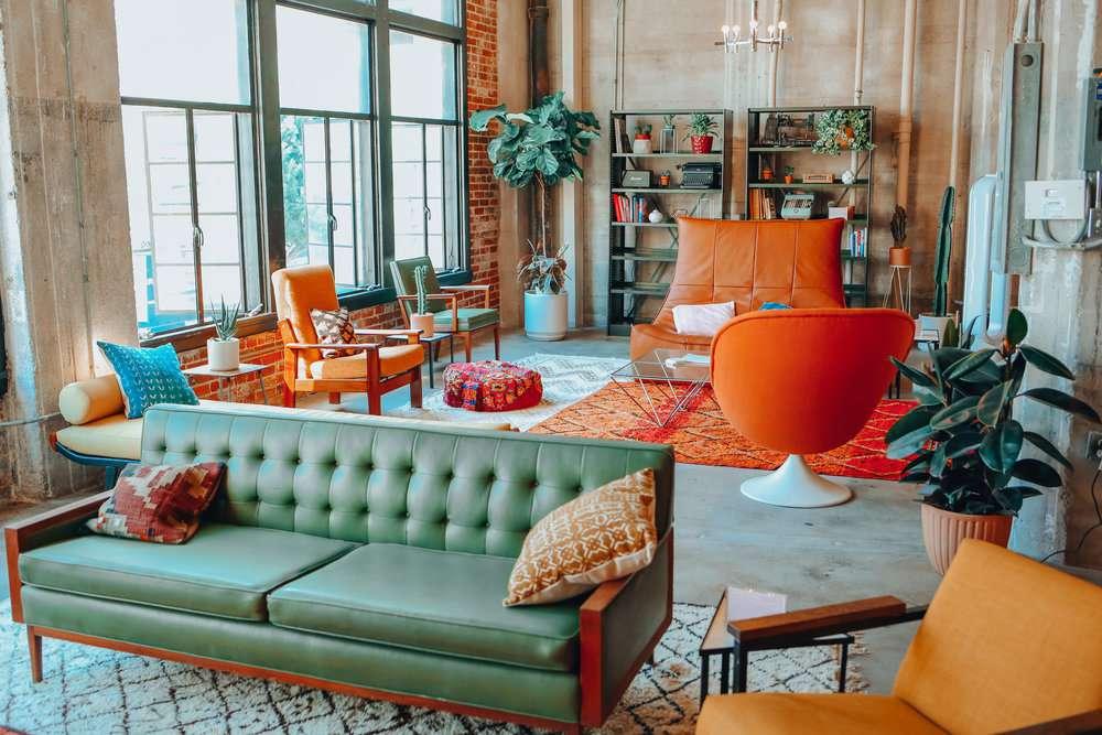 Sala de estar maximalista con muebles coloridos