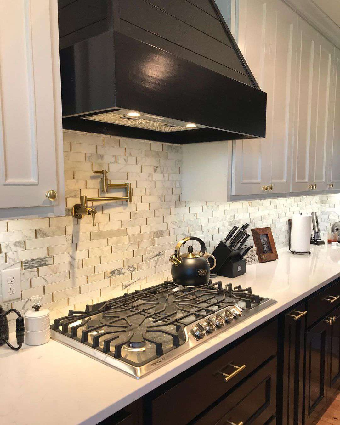 Kitchen with layered tiles