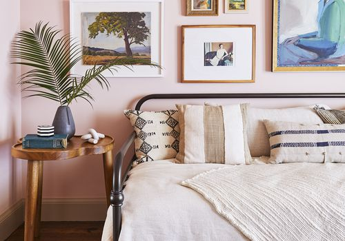 diván con pared de galería