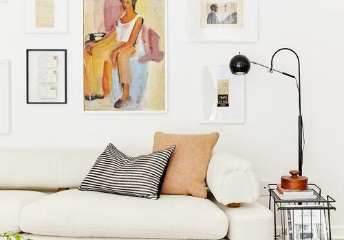 sala de estar con pared de galería