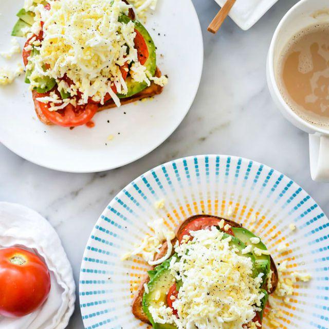 Tostada de aguacate con tomate y huevo duro