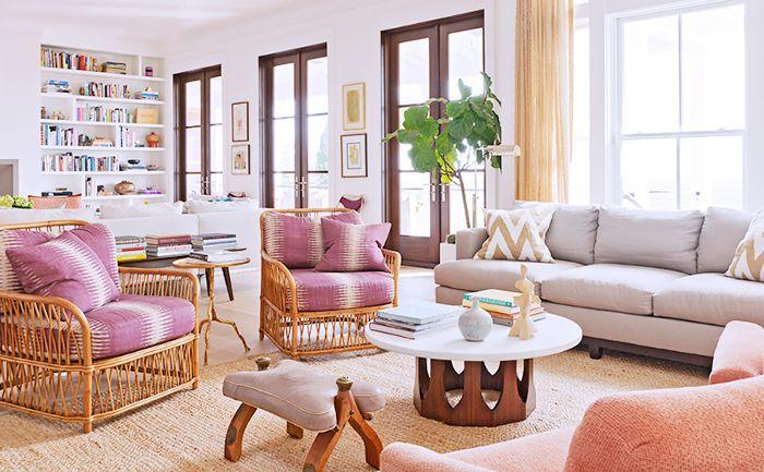Una sala de estar en la casa de Rucker cuenta con sofás y sillas de tonos pastel y neutros.