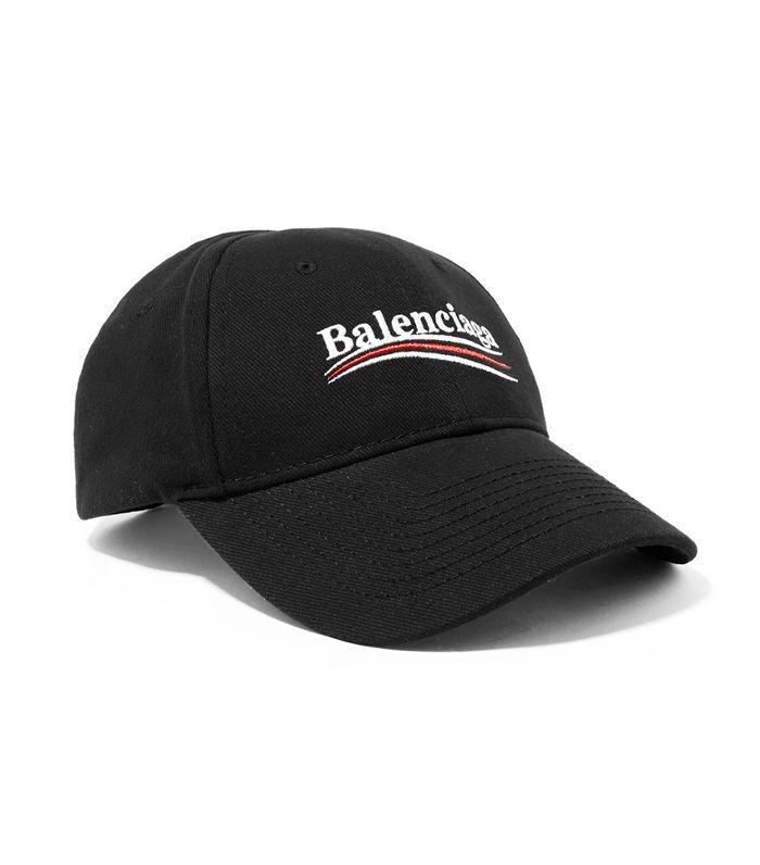 Una gorra de béisbol de sarga de algodón bordada con Balenciaga escrita en ella.