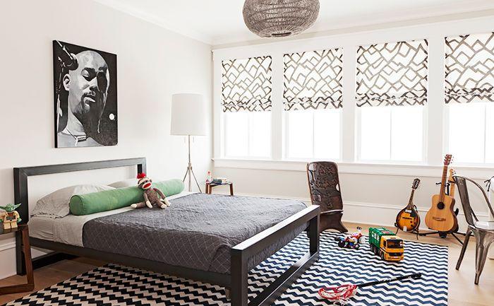 Una habitación combina estampados y períodos de tiempo, y presenta guitarras y juguetes esparcidos sobre la alfombra estampada