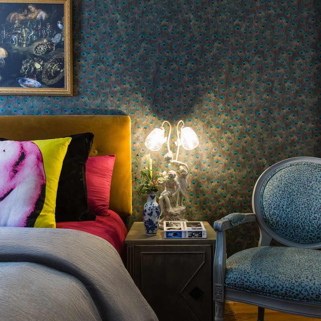 dormitorio maximalista con color y textura