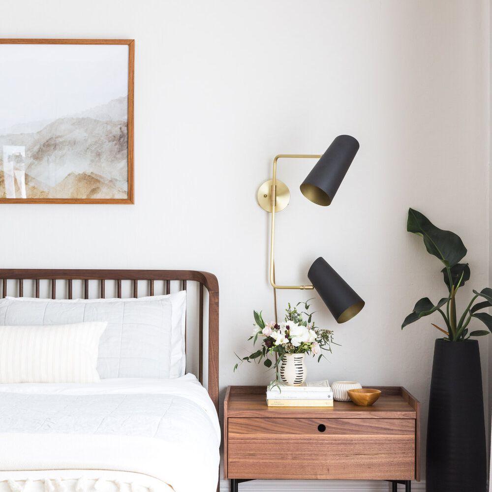 dormitorio limpio con tonos tierra e iluminación de aplique