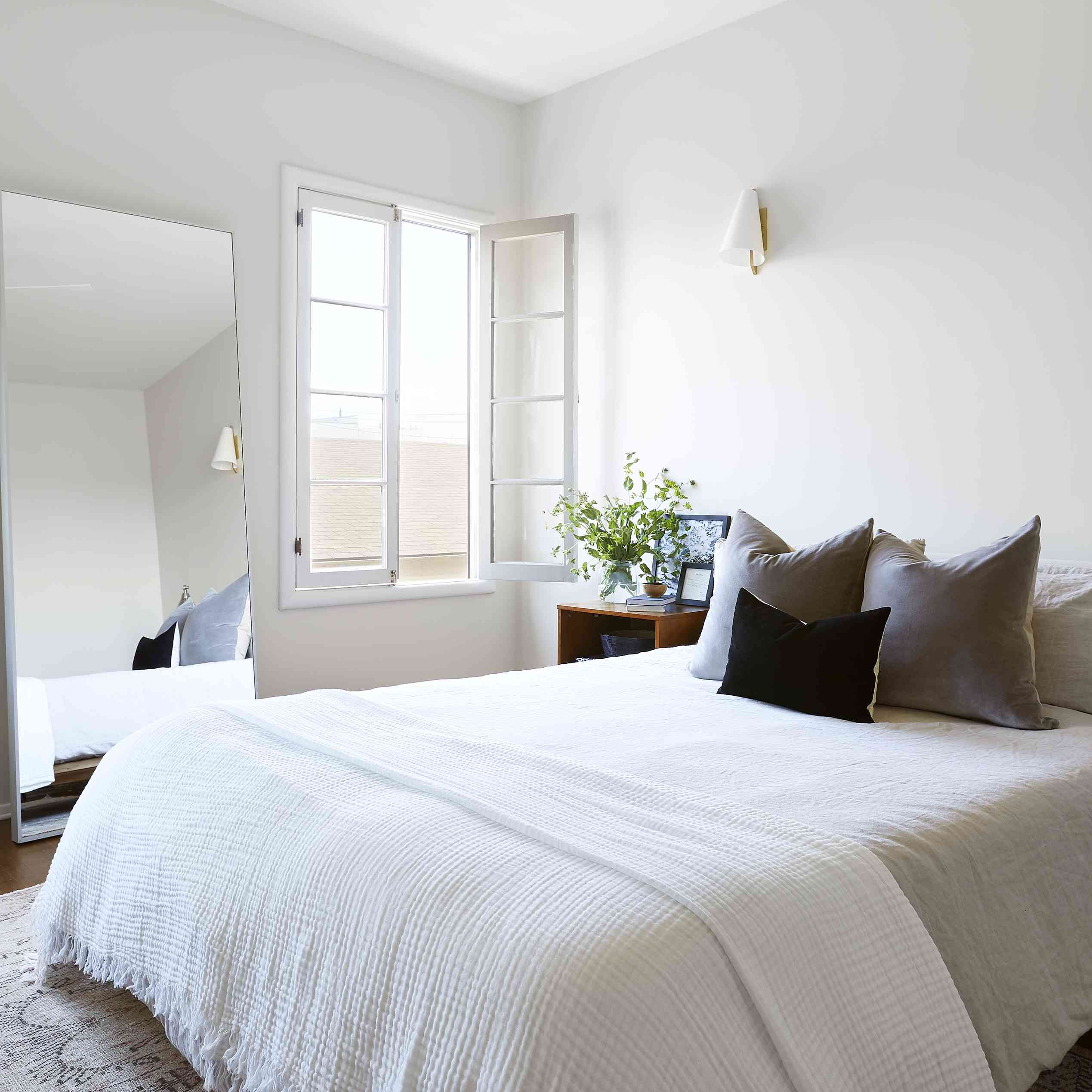dormitorio moderno con espejo rectangular extragrande