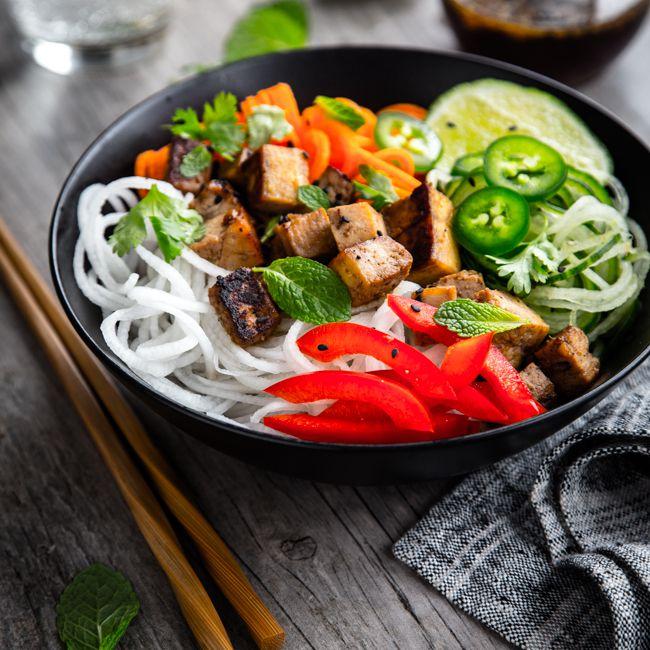 Verduras en espiral al estilo tailandés con tofu