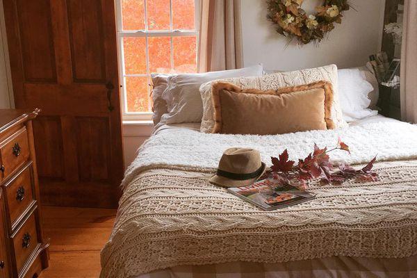 fall decor in bedroom neutrals