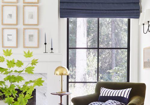 Una sala de estar rincón de lectura junto a una chimenea