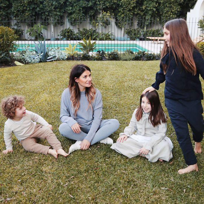 mamá e hijos en el patio trasero con piscina