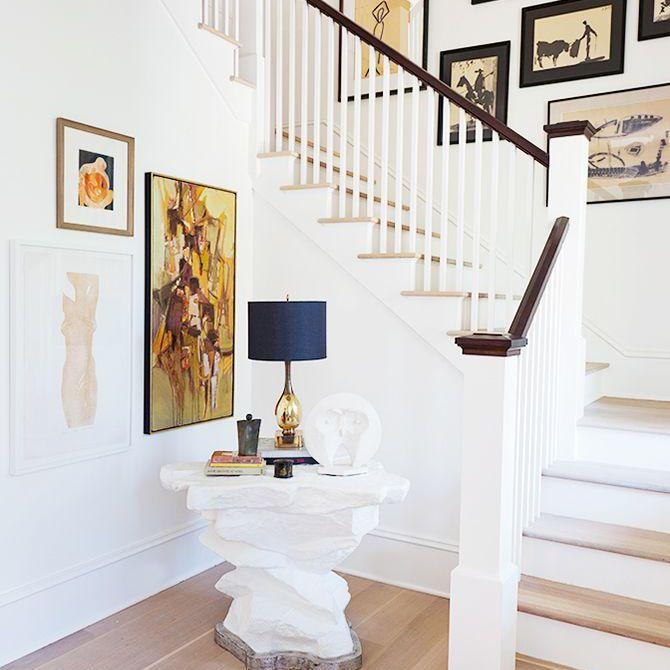 La gran entrada de la casa Rucker, arte enmarcado en paredes blancas