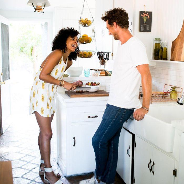 una pareja riendo en una cocina