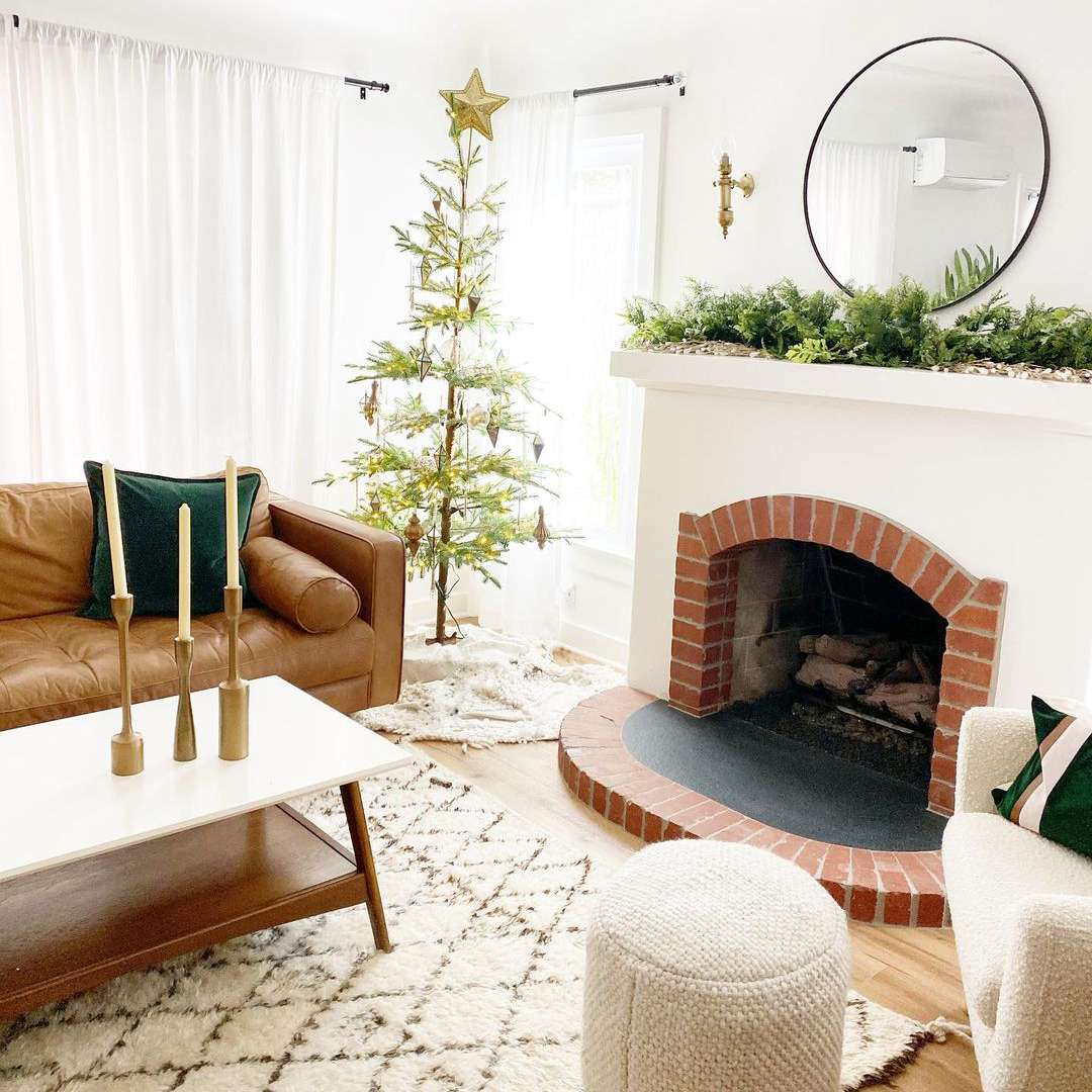 White and bright Christmasy living room