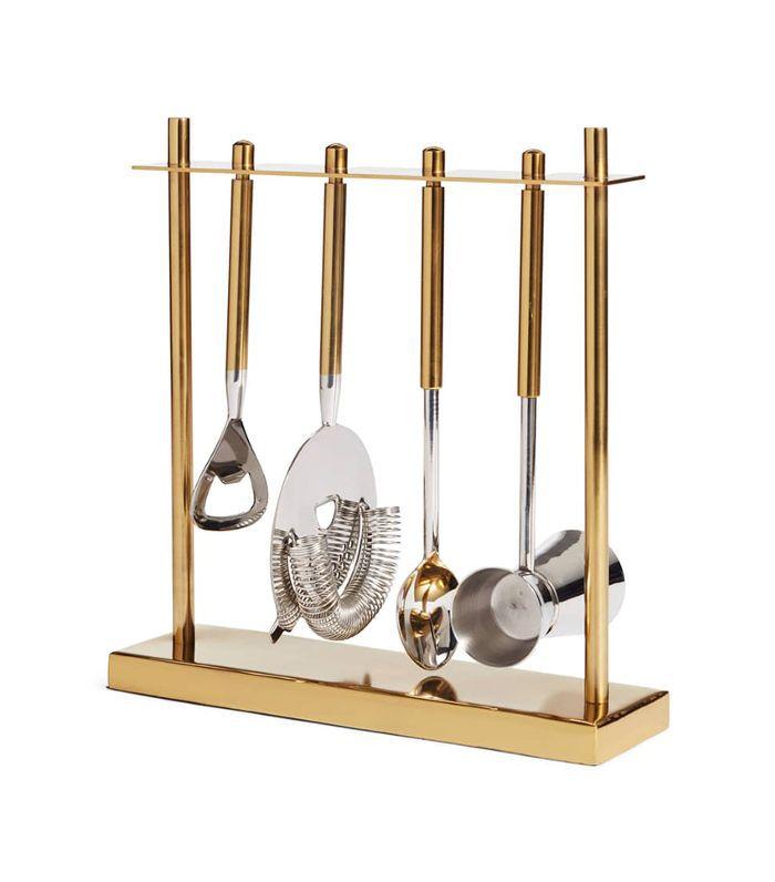 Un conjunto colgante de herramientas de barra de oro y acero inoxidable.