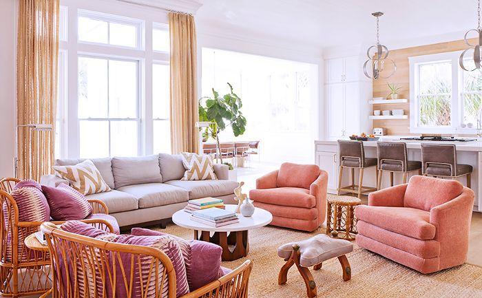 Otro ángulo de asientos en tonos pastel en la casa de Rucker